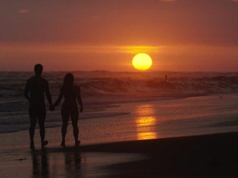 szerelmes par seta naplemente tengerpart