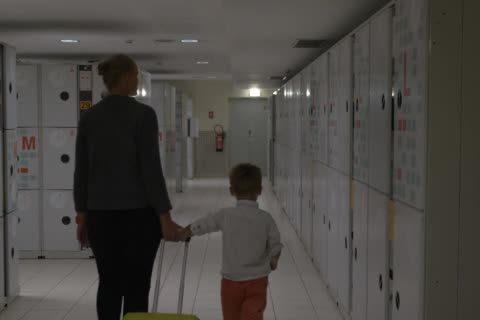 csomagmegorzo gyerek anya iskola